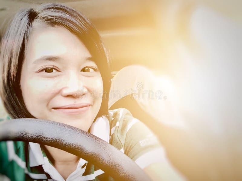 Selfies du sourire de fille ou de la femme asiatique souriant dans la voiture et regardant la cam?ra photo libre de droits