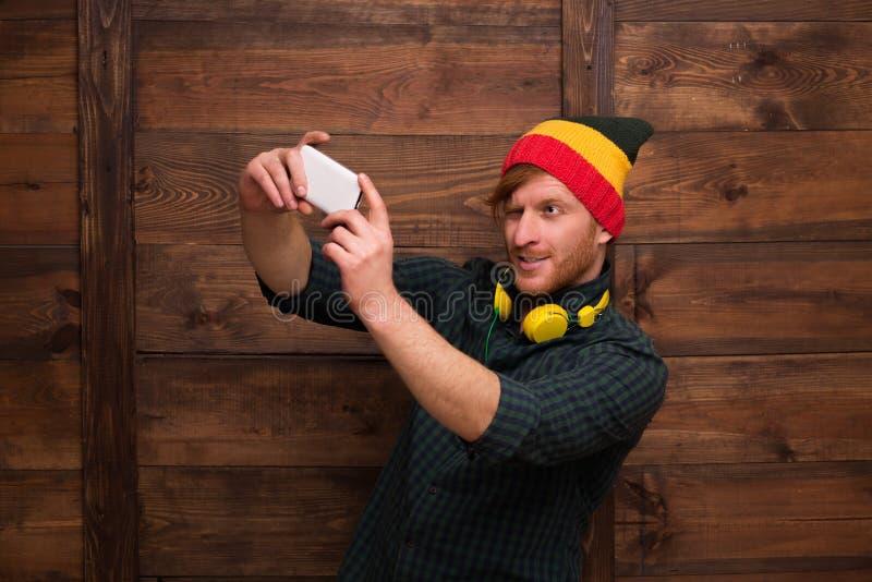 Selfies för Hipstermandanande över trä arkivbild