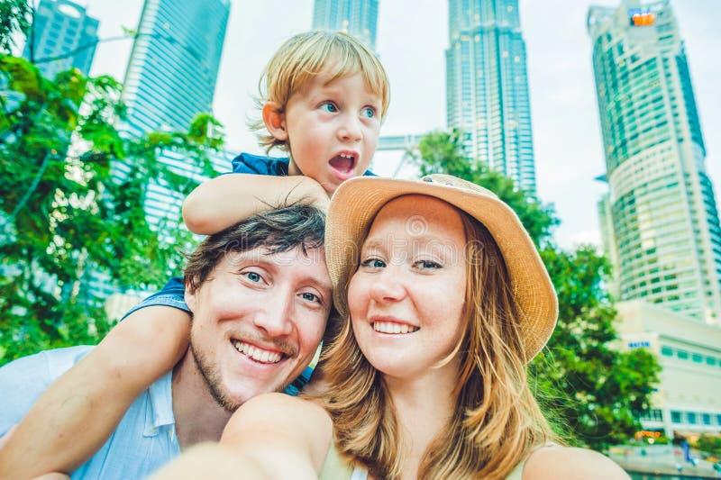 Selfies familj på bakgrunden av skyskrapor turism, lopp, folk, fritid och teknologibegrepp royaltyfria bilder