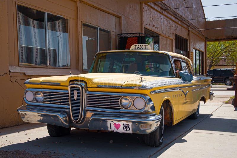 Seligman Arizoa, maj 2010 r.: Starożółta taksówka w słynnym miasteczku Seligman z trasy 66, Arizona zdjęcia royalty free