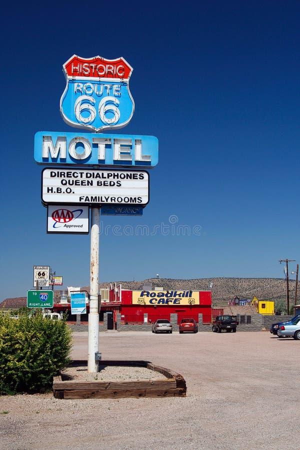 SELIGMAN ARIZONA, LOS E.E.U.U. - 14 DE AGOSTO 2009: Muestra del motel del café de Roadkill en Route 66 fotografía de archivo libre de regalías