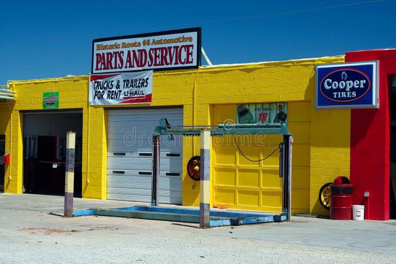 SELIGMAN ARIZONA, U.S.A. - 14 AGOSTO 2009: Vista sull'officina riparazioni gialla contro cielo blu immagine stock libera da diritti