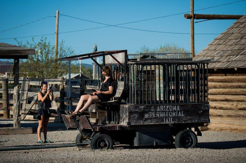 SELIGMAN - Meninas que têm o divertimento em uma prisão velha ao longo de Route 66 foto de stock royalty free