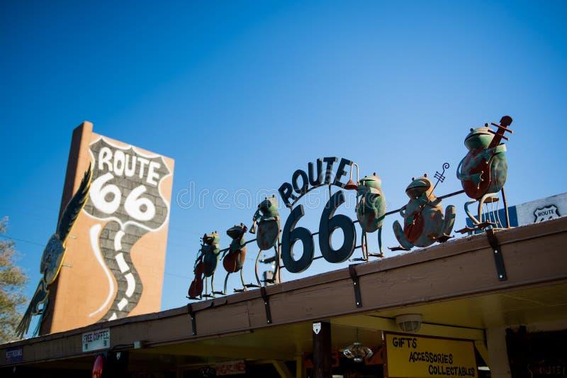 SELIGMAN - Roczników samochody wzdłuż trasy 66 Figurki na wierzchołku restauracja zdjęcia royalty free