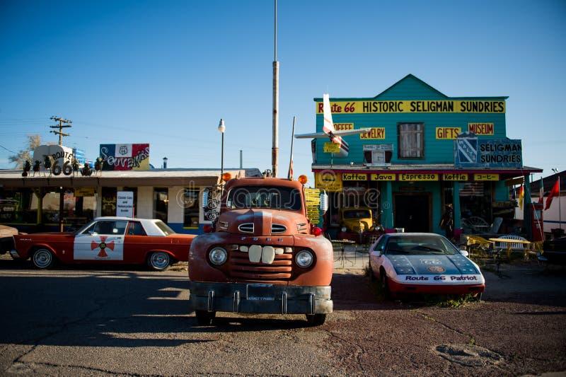 SELIGMAN - Tappningbilar längs Route 66 arkivfoton