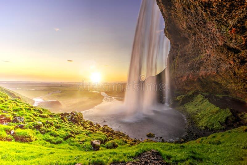 Seljalandfoss van achter holbinnenland, IJsland stock afbeelding