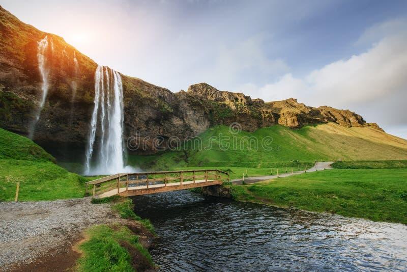 Seljalandfoss vattenfall på solnedgången Överbrygga över floden Fantas arkivfoton
