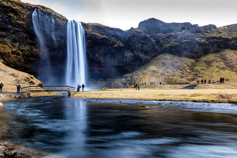 Seljalandsfoss är en av de mest härliga vattenfallen på Icen royaltyfri fotografi