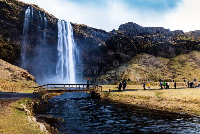 Seljalandsfoss är en av de mest härliga vattenfallen på Icen royaltyfria bilder
