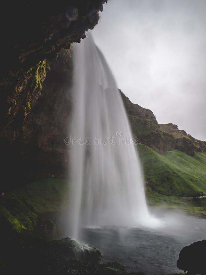 Seljalandsfoss vattenfall i den Island passagen under vattenfalllång tidexponeringen, lodlinje royaltyfri fotografi