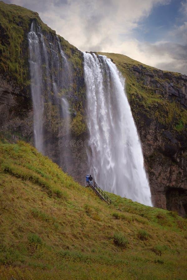 Seljalandsfoss vattenfall som ses från trappa fotografering för bildbyråer