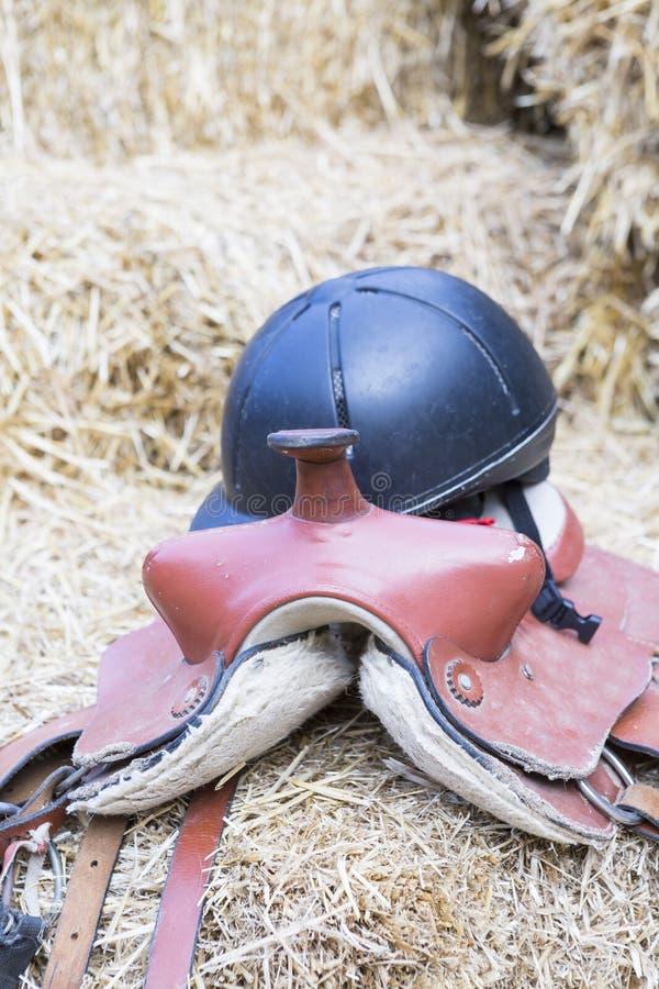 Sella e casco del cavallo fotografia stock libera da diritti
