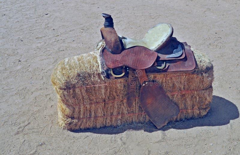 Sella rotonda occidentale della gonna su Hay Bale immagini stock libere da diritti