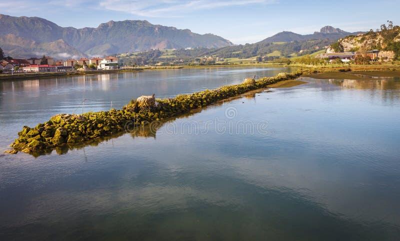 Sella rzeka przyjeżdża przy swój usta w Cantabrian morzu w R zdjęcie stock