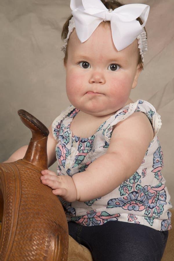 Selle de lèvre confuse par bébé photo libre de droits