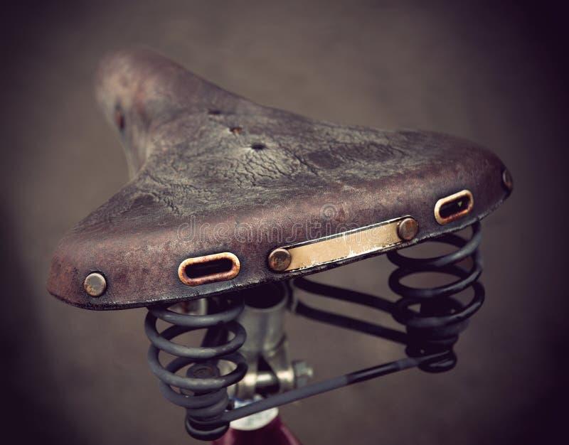 Selle en cuir de vélo de cru images stock