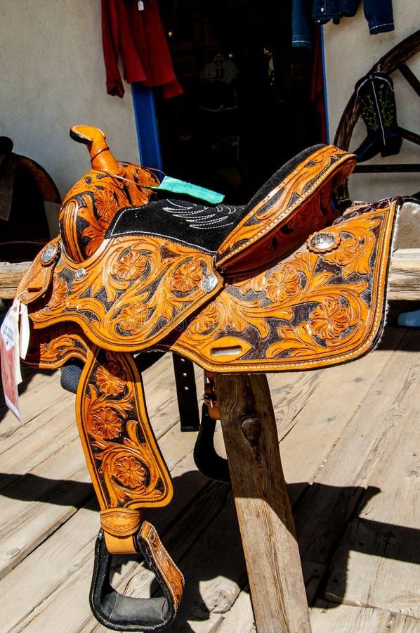 Selle en cuir orné dans la ville artistique de Taos au Nouveau Mexique aux États-Unis image libre de droits