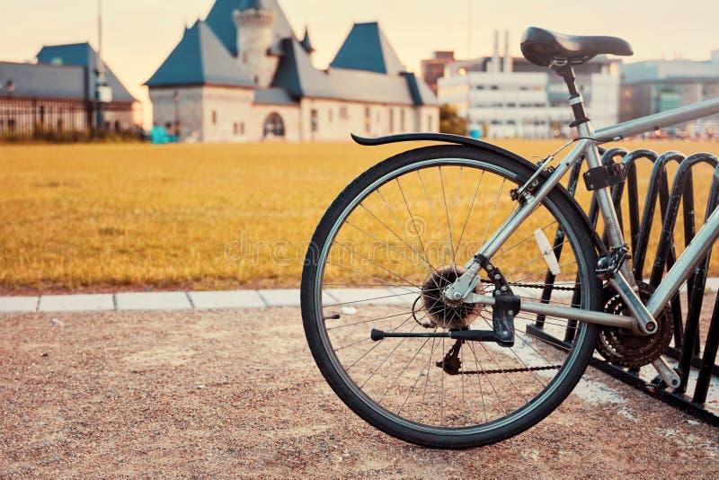 Selle et détail arrière de roue d'une bicyclette de cru images stock