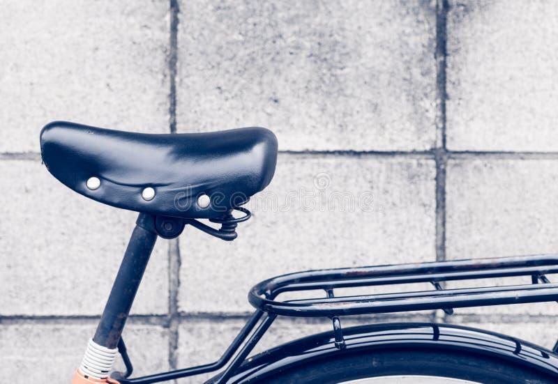 Selle et vélo en cuir noirs de piles image libre de droits