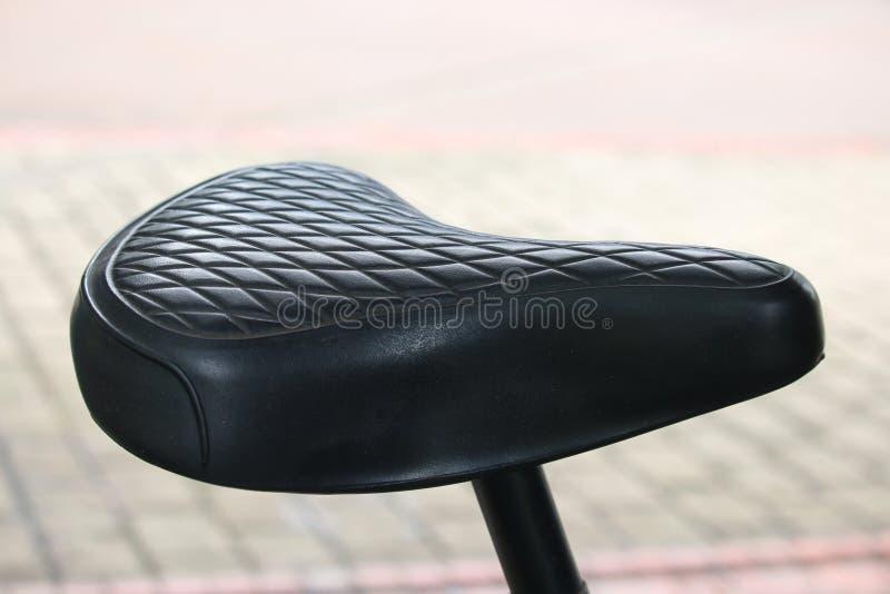 Selle noire de vélo de cru photo libre de droits
