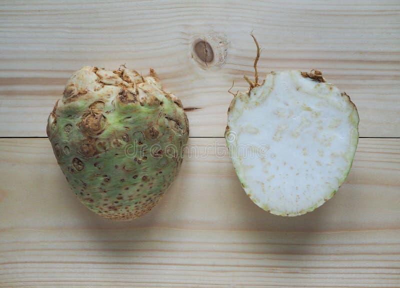 Selleri rotar celeriac grated för en sallad royaltyfri bild