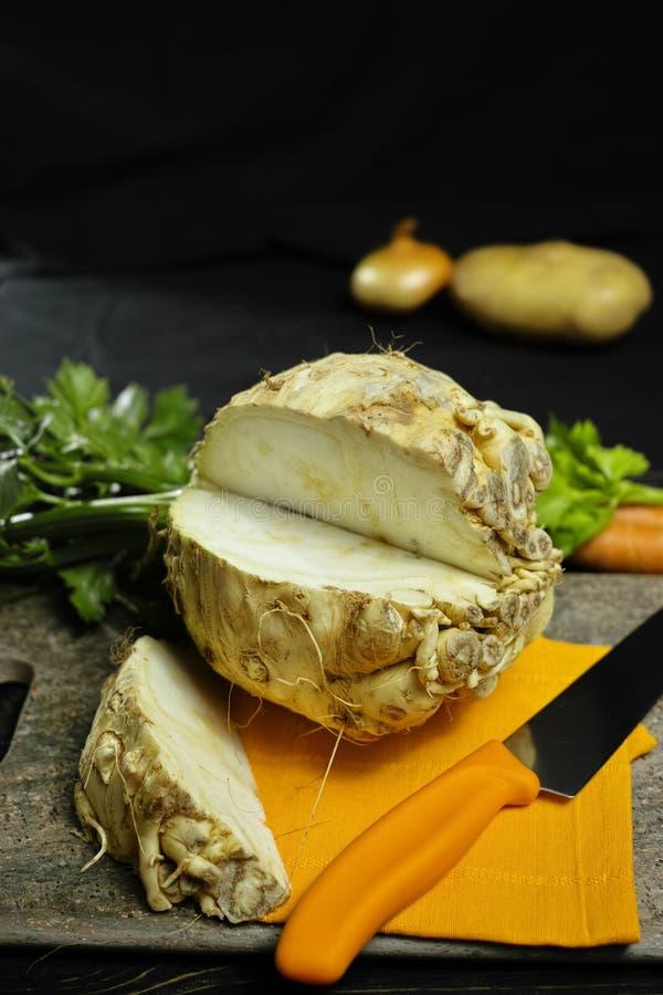 Selleriewurzel - Keile Knollensellerie, Quelle des Vitamins, frisches gesundes stockfoto