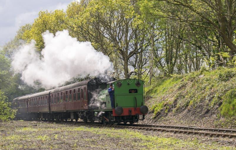 Selli il treno a vapore Birkenhead chiamata locomotiva 7386 del carro armato in bianco e nero a Elsecar, Barnsley, South Yorkshir immagine stock