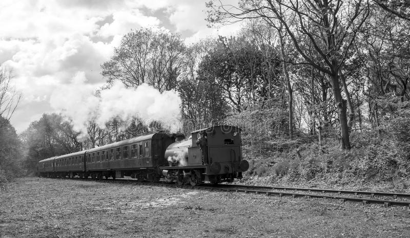 Selli il treno a vapore Birkenhead chiamata locomotiva 7386 del carro armato in bianco e nero a Elsecar, Barnsley, South Yorkshir immagini stock