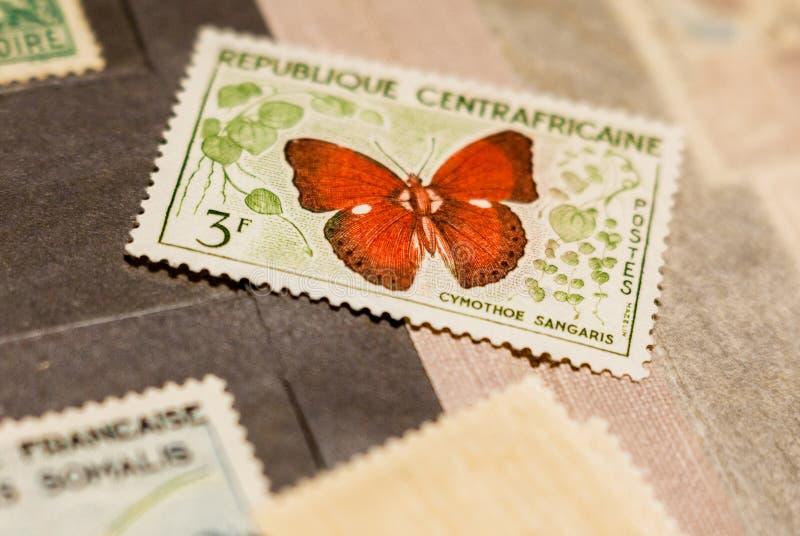 Sello con la mariposa entre otros sellos fotos de archivo libres de regalías
