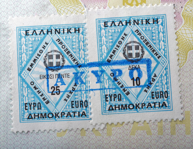 Sello consular griego en un pasaporte imagenes de archivo