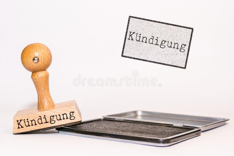 Sello de goma en el fondo blanco con la palabra alemana para la 'terminación ' imagenes de archivo