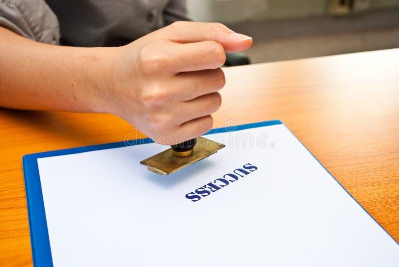 Sello de goma en la mano imagen de archivo libre de regalías