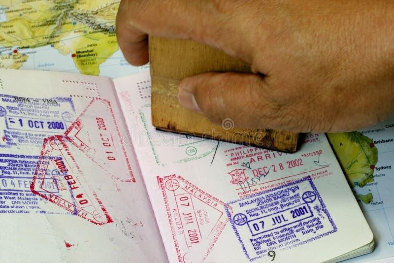 Sello de la inmigración en pasaporte imagen de archivo