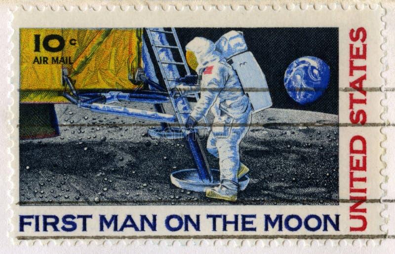 Sello de los E.E.U.U. que celebra al primer hombre en la luna imagenes de archivo