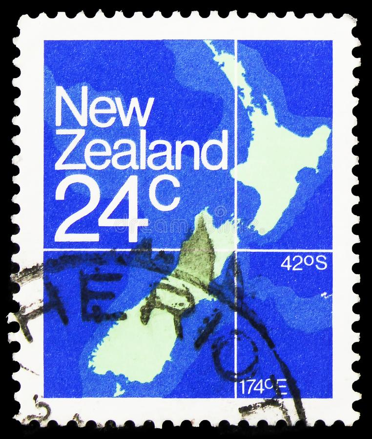 Sello de póster impreso en New Zealand shows Map, 24 c - New Zealand cent serie, alrededor de 1982 imagen de archivo libre de regalías