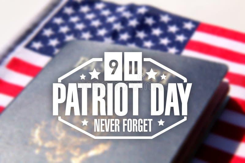Sello del día del patriota sobre un pasaporte y una bandera americanos stock de ilustración