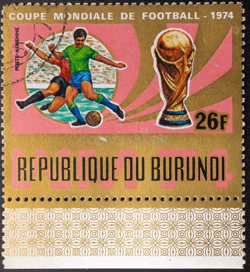 Sello 1974 La bola pintada en el indicador de Sur?frica aisl? en el fondo blanco F?tbol Rep?blica de Burundi fotos de archivo libres de regalías