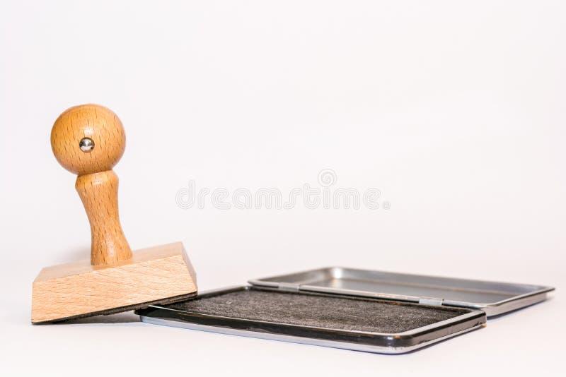 Sello y amortiguador de madera del sello delante del fondo blanco como plantilla fotos de archivo