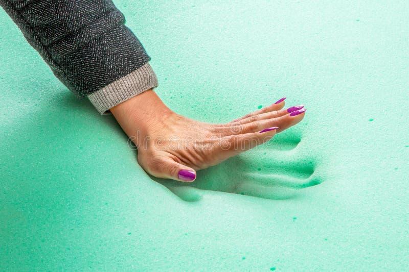 Selo da mão no colchão da espuma da memória imagens de stock royalty free