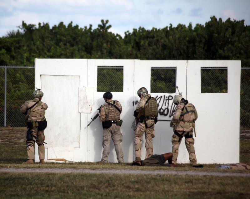 SELO da marinha - programa demonstrativo do assalto no museu de UDT-SEAL imagem de stock royalty free