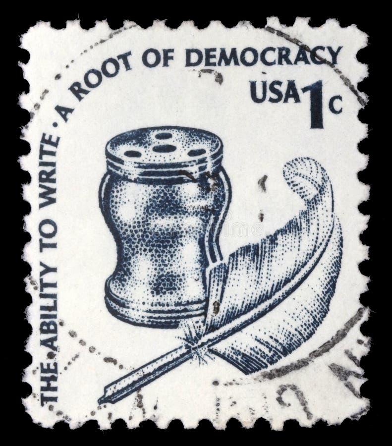 Selo impresso em Estados Unidos, mostras tinteiro e pena fotografia de stock royalty free