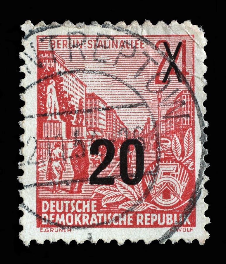 Selo impresso em GDR, avenida de Stalin das mostras com inscrição Berlim, avenida de Stalin fotos de stock royalty free