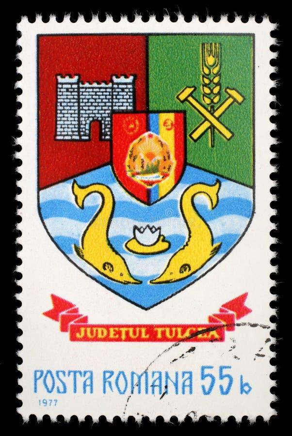 Selo impresso em Romênia, brasão das mostras do Condado de Tulcea foto de stock