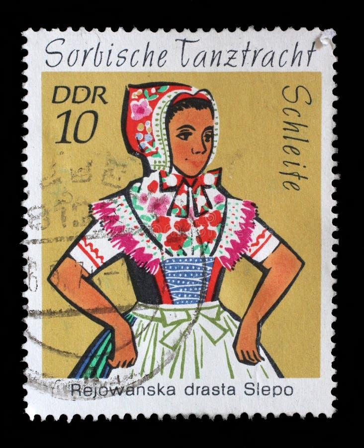 Selo impresso no traje da dança de Sorbian das mostras do GDR, Hoyerswerda foto de stock royalty free