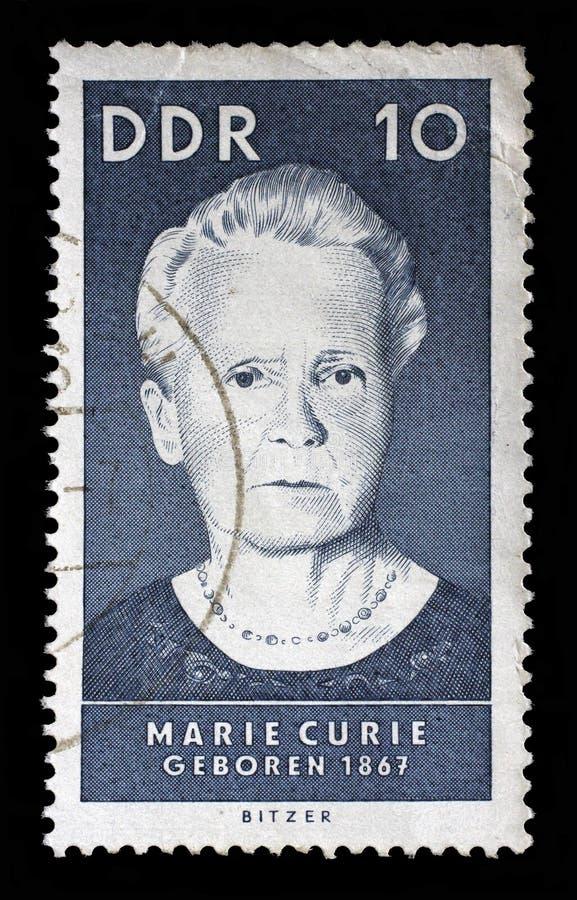 Selo impresso pelo GDR, mostras Marie Sklodowska Curie fotos de stock