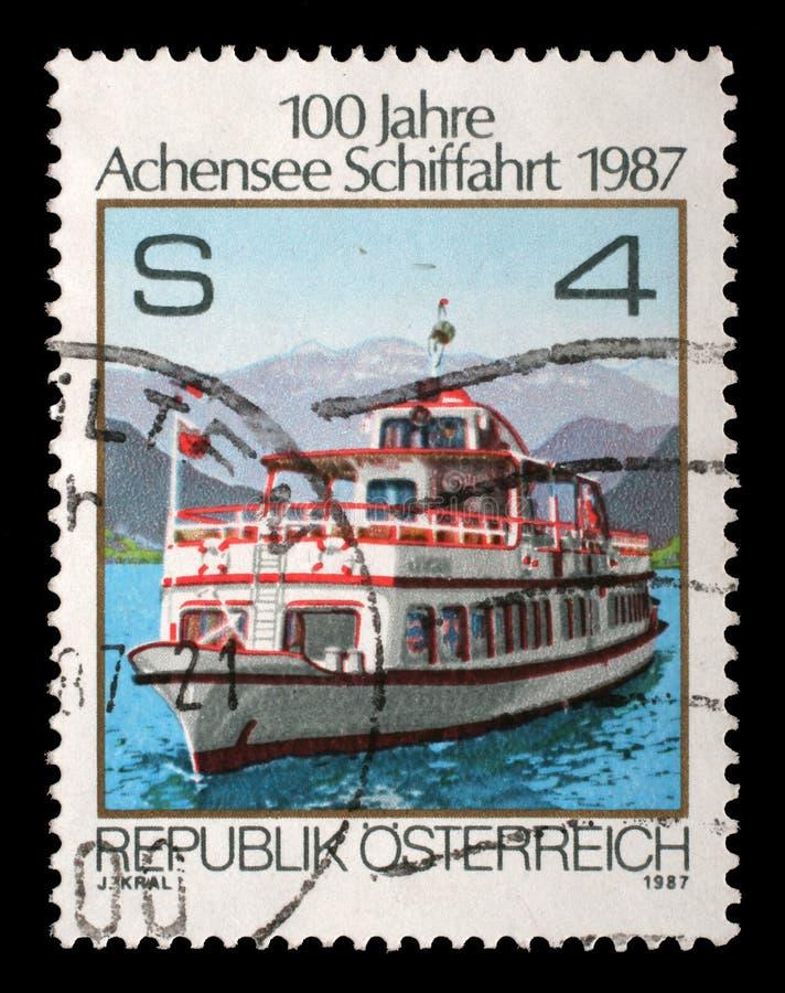Selo impresso por Áustria, mostras que enviam em Achensee imagens de stock