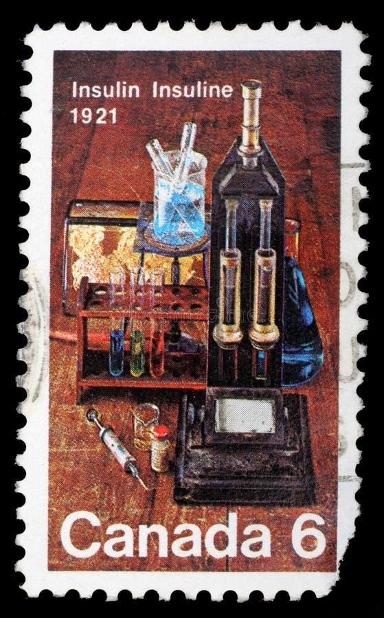 Selo impresso por Canadá, equipamento de laboratório das mostras usado para a descoberta da insulina fotografia de stock
