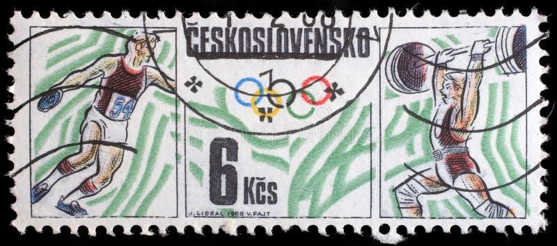 Selo impresso por Checoslováquia, por Olympics das mostras, por tênis de mesa e por halterofilismo fotos de stock royalty free