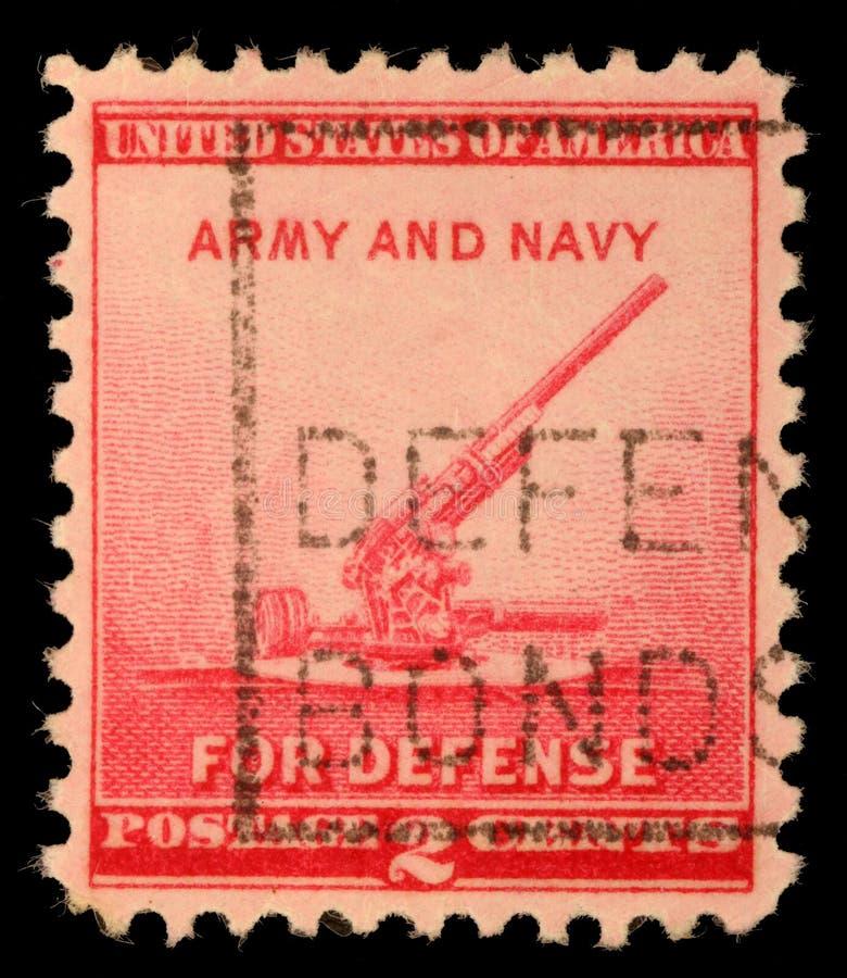 Selo impresso por Estados Unidos, mostras arma antiaérea de 90 milímetros imagem de stock