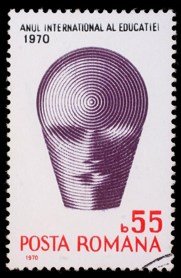 Selo impresso por Romênia, emblema das mostras do ano internacional de educação imagens de stock
